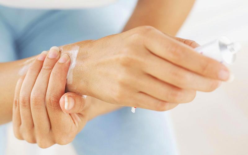 Болят суставы пальцев рук: причины и лечение